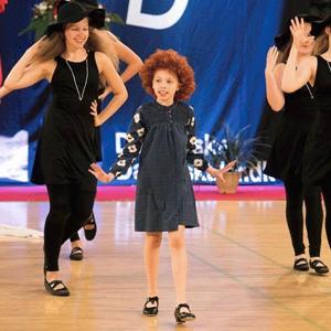 Step er en skøn danseform, alle kan være med til.  Kom og vær med til at danse den klassiske musical stilart, STEP (Tap Dance), hvor rytmen angives ved fodslag med hæl og tå. Gry Havdrup, der underviser holdet har selv steppet siden 8-års alderen, og har også optrådt professionelt på Københavnske teaterscener med step-skoene på. Vi øver trin og kombinationer i flere forskellige rytmer til både ældre, - men bestemt også den allernyeste musik. Alle er velkomne! Step dans er sjov, holder hjernen i god form, og giver sved på panden. Den fuldendte danser behersker også denne stilart. Undervisningen er både pædagogisk og ikke mindst inspirerende. Prøv det – STEP er sjovt og sejt!